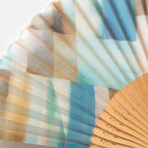 昔ながらの製法で作られた、繊細で華やかなデザインのおしゃれな扇子
