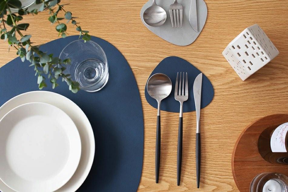 丸みのある三角デザインが食卓の小粋なアクセントになる、コースター