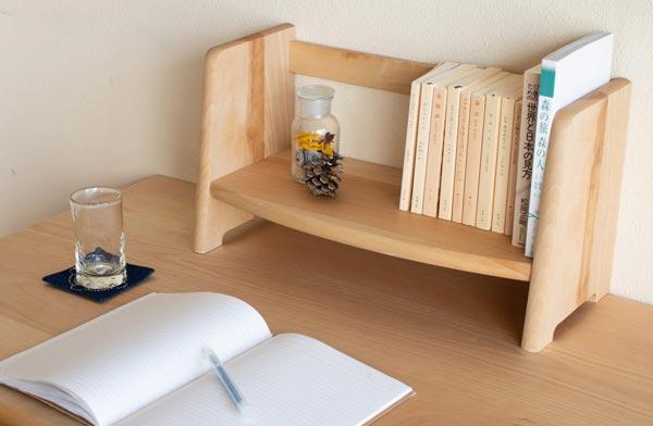 どのインテリアと合わせても馴染みやすい、おしゃれな木製ブックスタンド