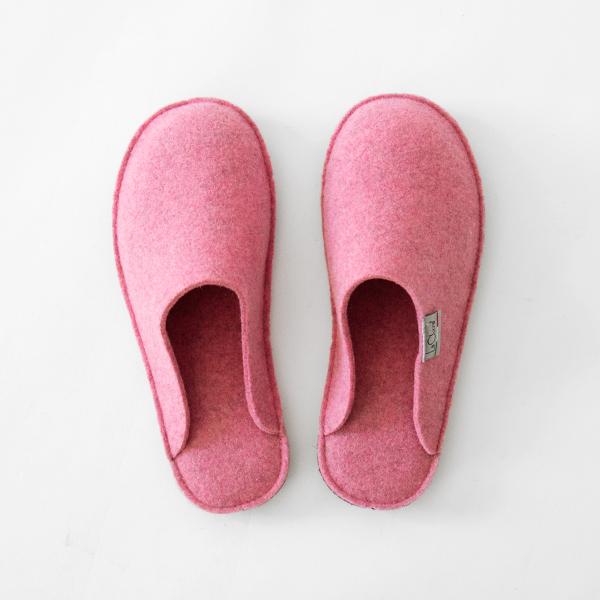 ピンクが可愛らしい、温かくおしゃれなウールのスリッパ