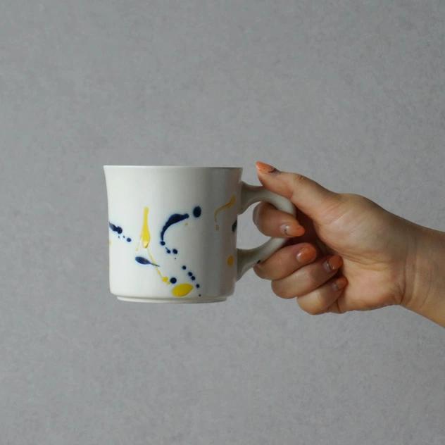 大胆に絵付けされたデザインがおしゃれなコーヒーマグ