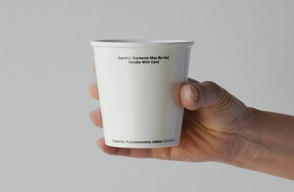 紙コップのようなデザインのおしゃれな陶器のマグカップ